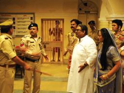 Movie Still From The Film Gali Gali Chor Hai,Annu Kapoor,Akshaye Khanna,Akhilendra Mishra,Satish Kaushik