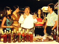 Movie Still From The Film 3 Bachelors,Riya Sen,Manish Nagpal,Manoj Pahwa,Raima Sen,Sharman Joshi