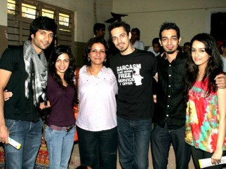 Photo Of Vaibhav Talwar,Ambika A Hinduja,Leena Yadav,Siddharth Kher,Dhruv Ganesh,Sharadha Kapoor From The Madhavan and Teen Patti cast visit NGO Kids