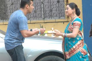 Photo Of Salman Khan,Disha Wakani From The Salman Khan on the sets of 'Taarak Mehta Ka Ooltah Chashmah'