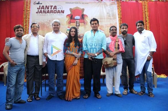 Rajpal Yadav, Govind Namdev, Akhilendra Mishra, Gracy Singh, Ravi Kissen, Vineet Kumar, Pankaj Tripathi