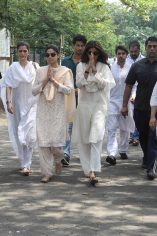 Akshay Kumar, Abhishek Bachchan and others attend the funeral of Shilpa Shetty's father-21
