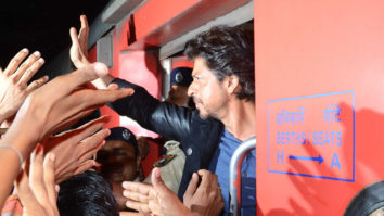 Shah Rukh Khan's Raees By Rail ROCKING HUNGAMA video