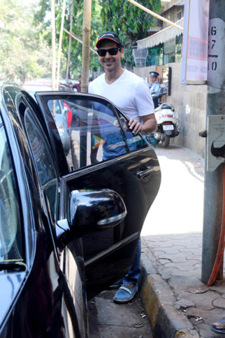 Dino Morea snapped post lunch at Indogo, Bandra