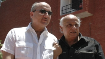 Bollywood actor Anupam Kher (L) and director Mahesh Bhatt pose during a promotional event for their acting institute in the northern Indian city of Chandigarh June 5, 2007. REUTERS/Ajay Verma (INDIA) - RTR1QHLF