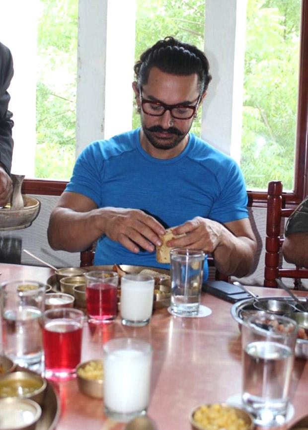 Aamir-Khan-turns-ghar-ka-Dabbawala1