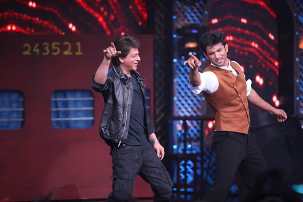 WOW! Shah Rukh Khan and Sushant Singh Rajput set the stage ablaze dancing to 'Chhaiya Chhaiya'