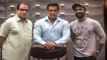 Check out Salman Khan strikes a pose with Race 3 director Remo D'souza and producer Ramesh Taurani 1