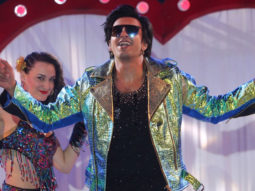 Ranveer Singh grooves to 'Ainvayi Ainvayi' and 'Nashe Si Chadh Gayi' at a wedding! -1