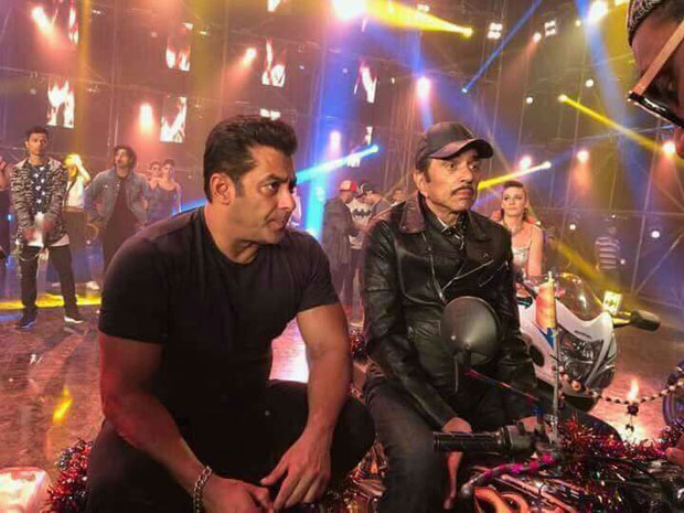 Salman Khan and Dharmendra twin in black with Sajid Nadiadwala for a song shoot for Yamla Pagla Deewana Phir Se