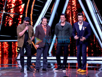 Dharmendra, Sunny Deol and Bobby Deol promote their film Yamla Pagla Deewana Phir Se on the sets of Indian Idol