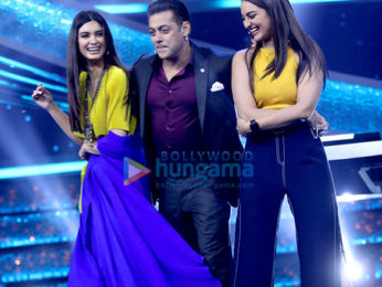 Sonakshi Sinha and Diana Penty promote Happy Phirr Bhag Jayegi on Salman Khan's Dus Ka Dum