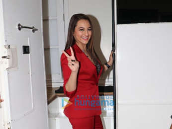 Sonakshi Sinha promotes Happy Phirr Bhag Jayegi on the sets of Madhuri Dixit's Dance Deewane