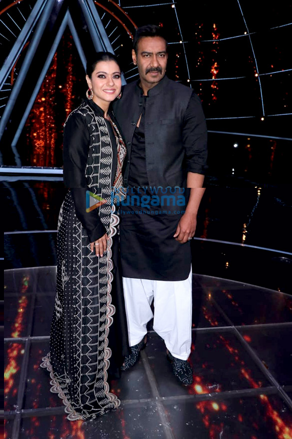Kajol-and-Ajay-Devgn-snapped-promoting-Helicopter-Eela-on-the-sets-of-Indian-Idol-101-2